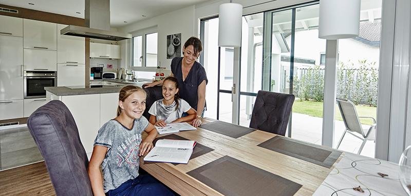Attraktiver Wohn-/Essbereich mit hellen Fenstern © VFF/Hilzinger