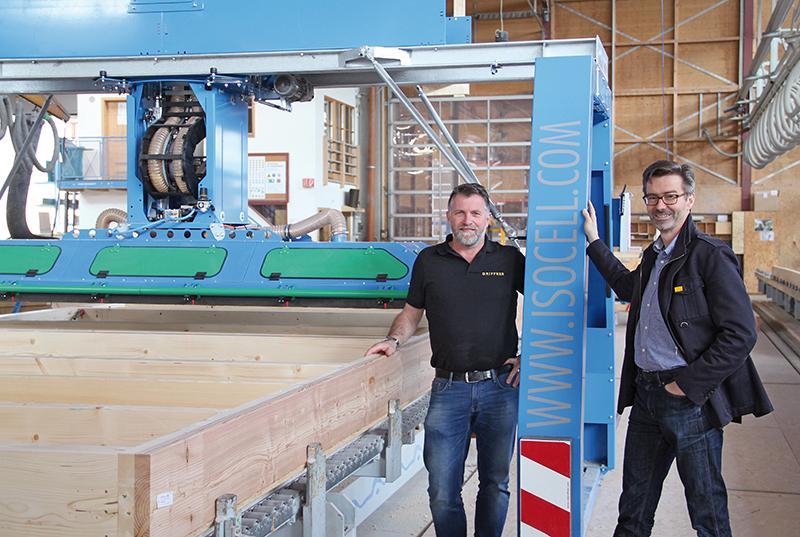 Klaus Kogelnig und GF Mag. Georg Niedersüß vor der Maschine © Griffner