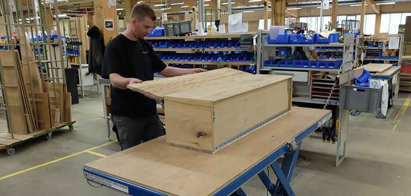 Rund 400 Mitarbeiter stellen hochwertige Massivholzmöbel her © IPM/Voglauer Möbelwerk