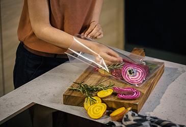 Rohe Lebensmittel einfach in den Kunststoffbeutel geben © AMK