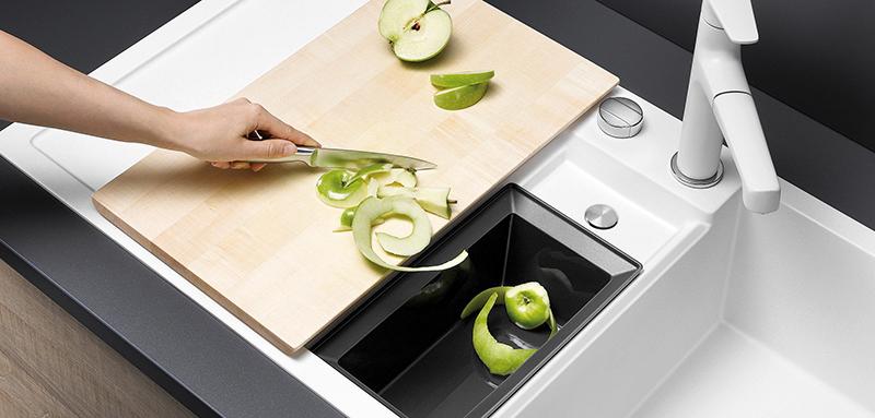 Die Schale für Bio-Abfälle passt perfekt in das ergänzende Abfallsystem im Unterschrank © AMK