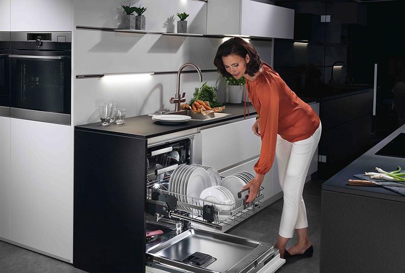 Der intelligente Geschirrspüler mit einem unteren Geschirrkorb, der bei Bedarf ganz einfach nach oben gleitet © AMK